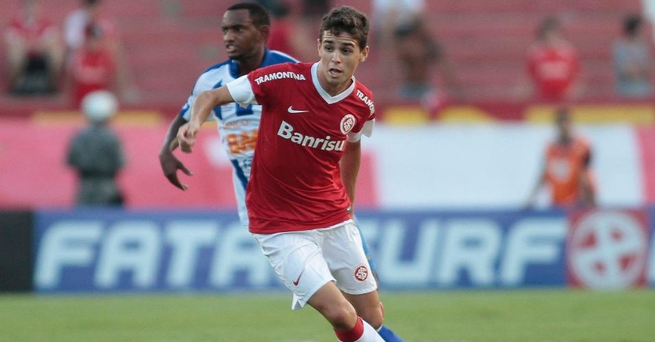 Oscar tenta a jogada durante jogo do Inter contra o Cruzeiro-RS