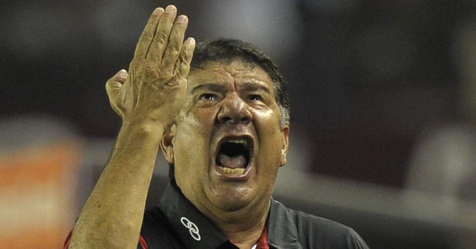 Técnico do Fla Joel Santana reclama na partida contra o Lanús