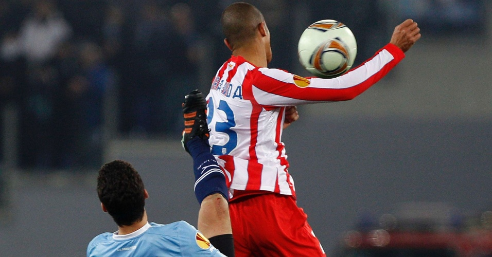 Ex-colegas no São Paulo, Miranda e Hernanes disputam a bola em partida da Atlético de Madri e Lazio
