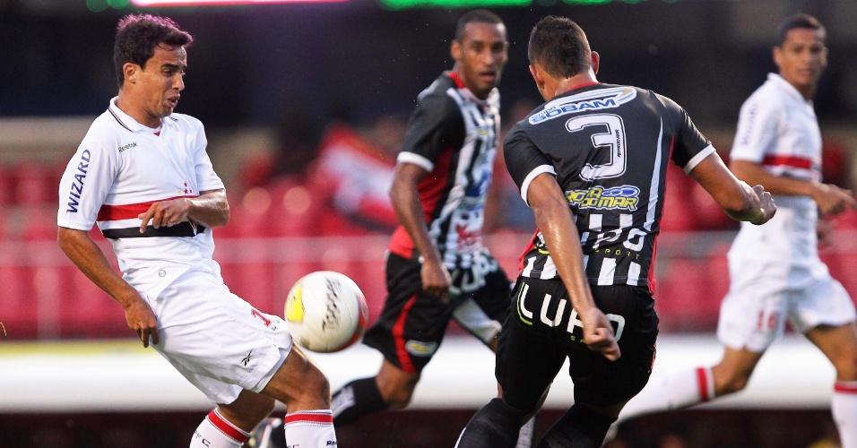 Jadson, meia do São Paulo, tenta jogada diante da marcação de dois jogadores do Paulista, no Morumbi