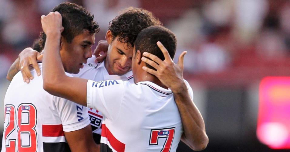 William José, Lucas e Casemiro comemoram gol do São Paulo na partida contra o Paulista