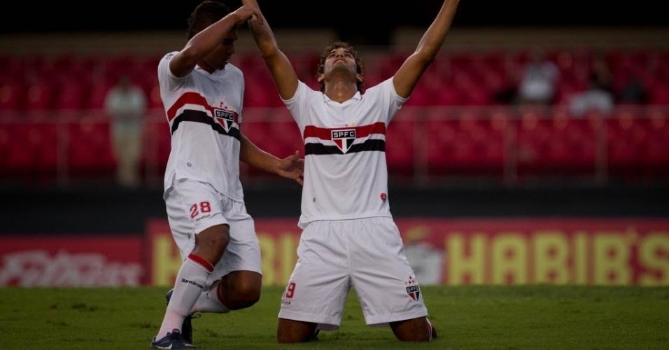 Willian José ajoelha no gramado do Morumbi para comemorar gol do São Paulo na partida contra o Paulista