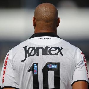 Adriano em ação com a camisa 10; atacante usaria seu prestígio para turbinar carreira de atletas