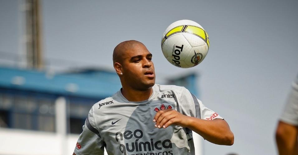Adriano realiza aquecimento com bola antes da partida contra o São Caetano