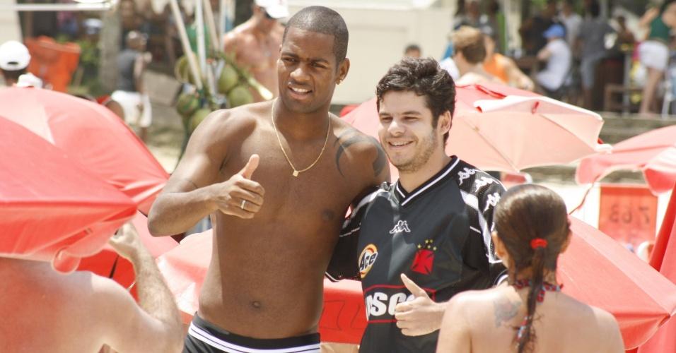 Dedé, zagueiro do Vasco, curte praia no Rio de Janeiro na sexta-feira