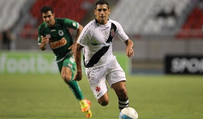 Diego Souza, meia do Vasco, conduz a bola na vitória do time sobre o Boavista, pelo Estadual do Rio