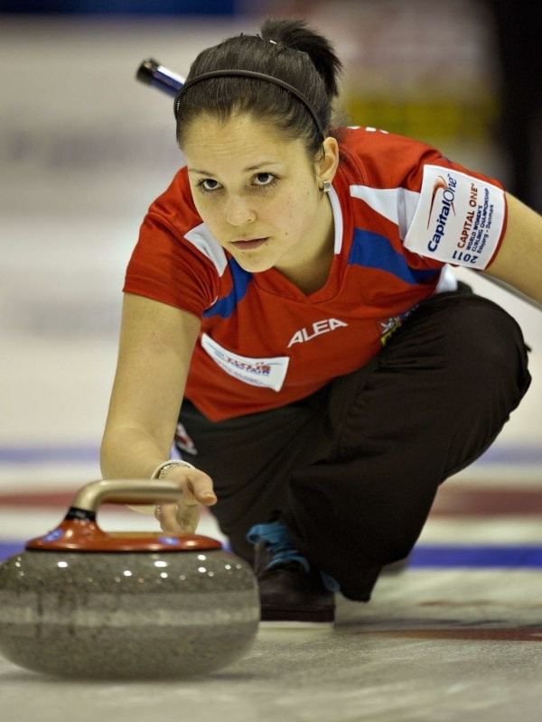 Eliska Jalovcova, da República Tcheca, em ação durante o Mundial de curling na Dinamarca