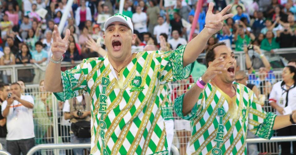 Ex-jogadores Marcos e Edmundo fazem festa no desfile da escola Mancha Verde, a torcida organizada do Palmeiras