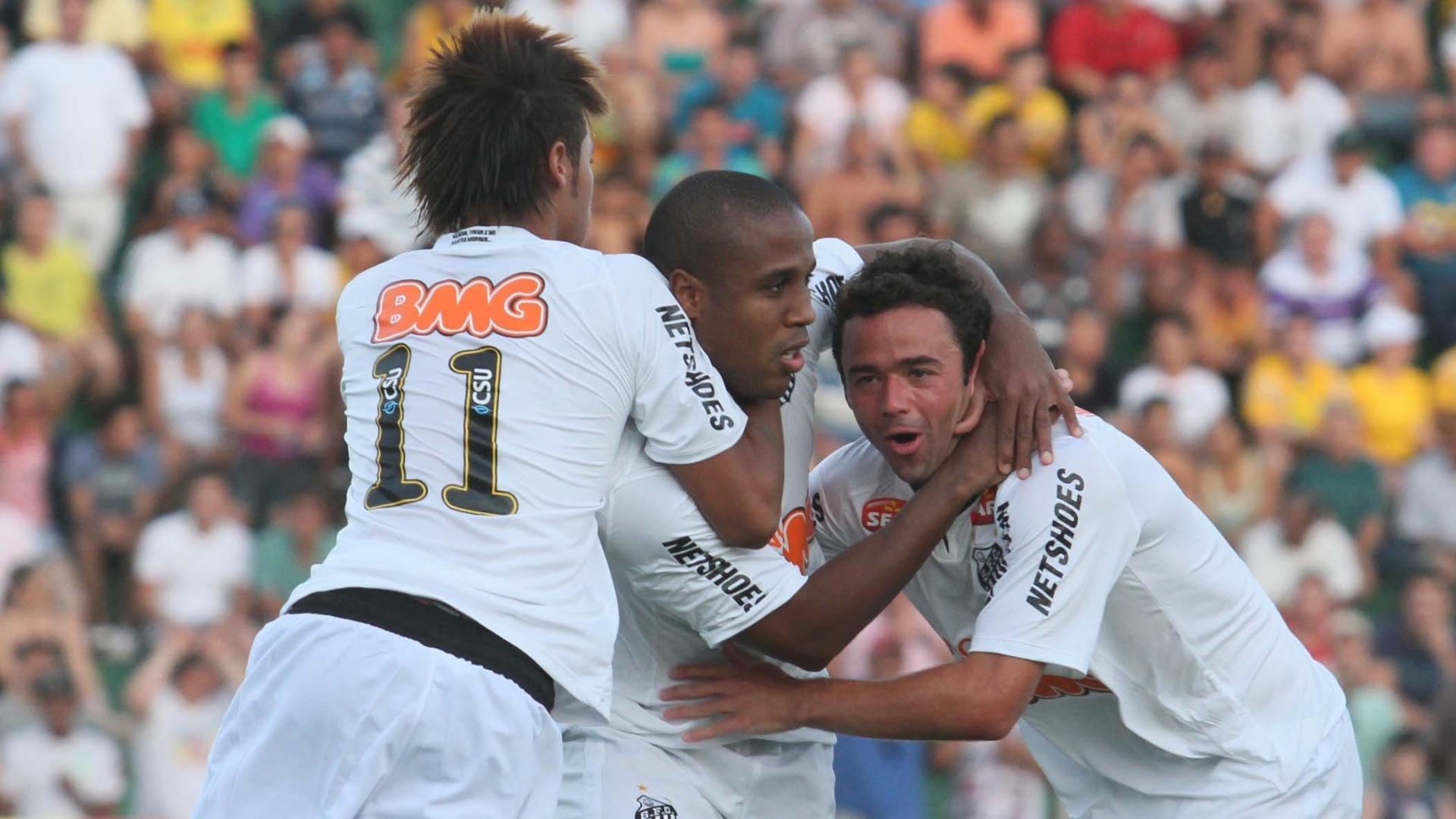 Juan é abraçado por Borges e Neymar após marcar o primeiro gol do jogo