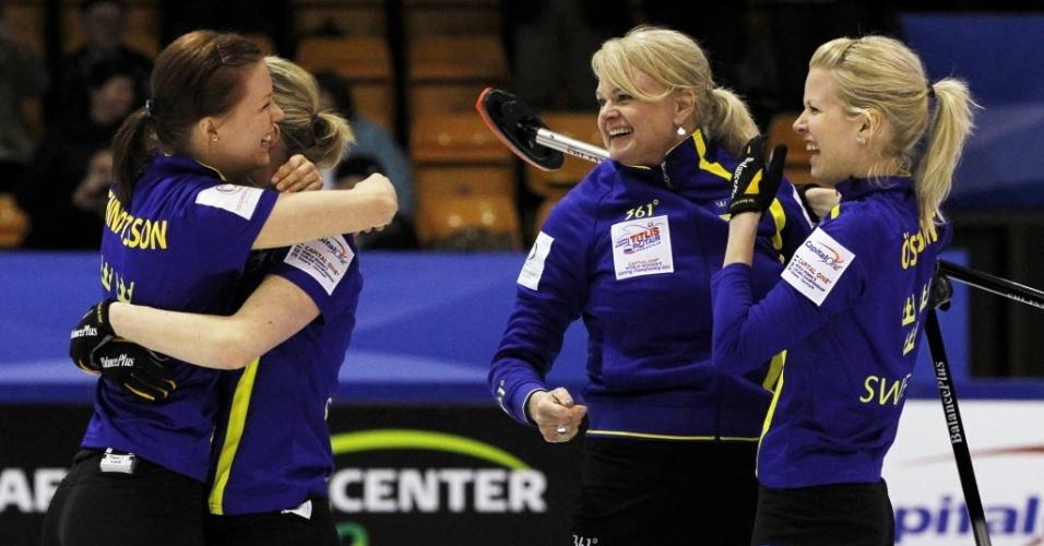Seleção sueca de curling comemora o título do Campeonato Mundial, na Dinamarca, em 2011