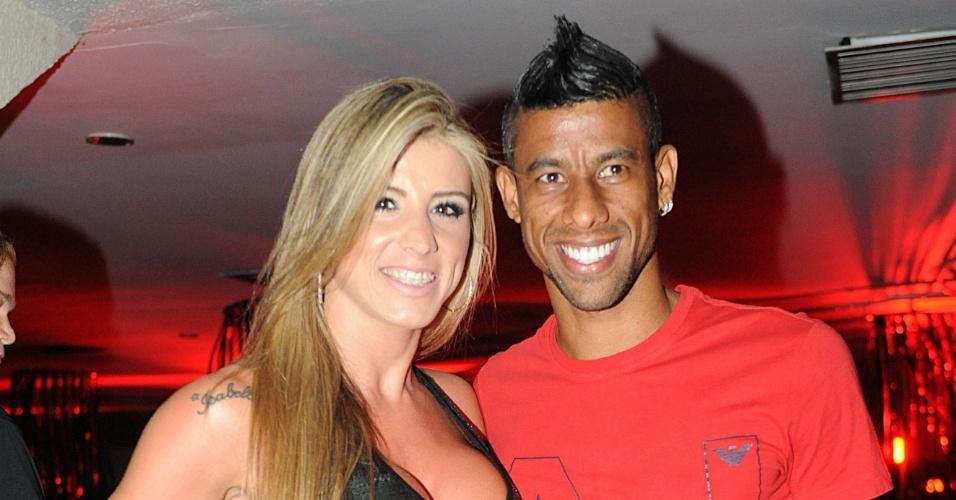 Acompanhado, Léo Moura aproveita baile do Flamengo