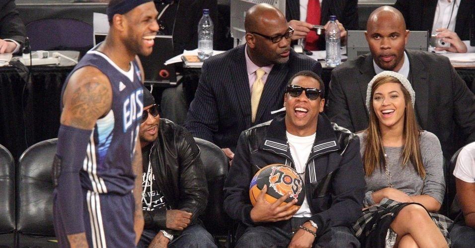 LeBron James é observado pelos cantores Jay-Z e Beyoncé durante o All-Star Game de 2009