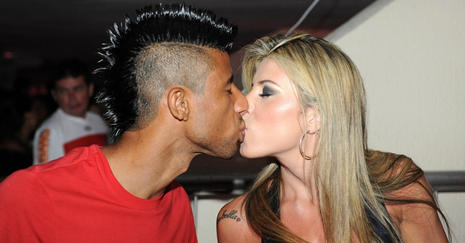 Léo Moura beija mulher durante Carnaval no Flamengo