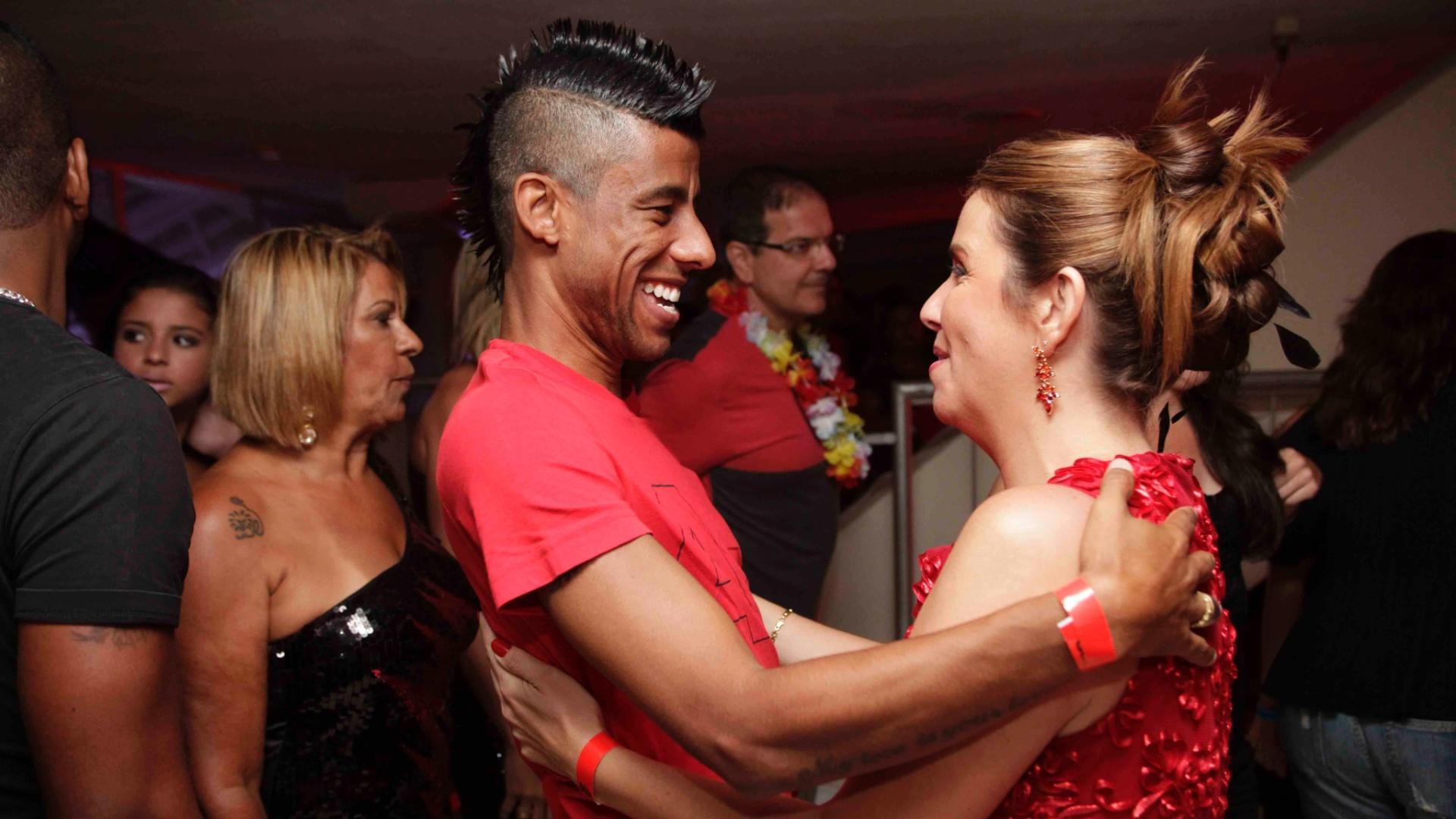 Leonardo Moura e Patricia Amorim se cumprimentam no baile do clube