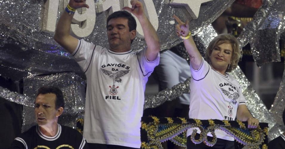 Neto, Andres Sanchez e a mulher do ex-presidente Lula, Marisa, foram destaques de carro alegórico da Gaviões no Carnaval paulistano