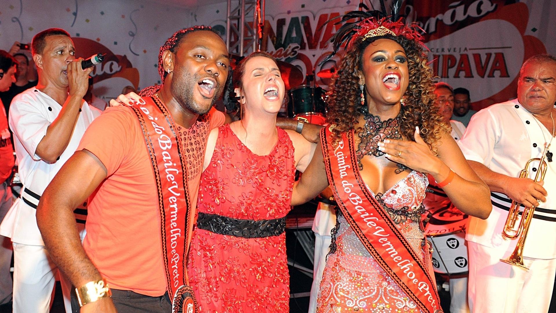 Vágner Love e Patrícia Amorim soltam a voz ao lado da rainha do baile de Carnaval do Flamengo