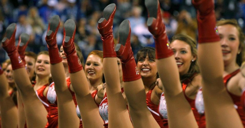 Antes da final do Super Bowl entre New York Giants e New England Patriots, cheerleaders realizam apresentação em Indianapolis, Indiana