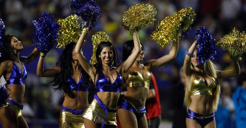 Cheerleaders do Boca Juniors apresentam-se durante partida do Campeonato Argentino contra o Olimpo no estádio La Bombonera
