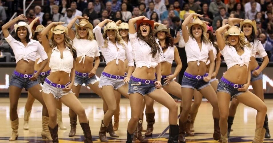 Cheerleaders do Phoenix Suns se apresentam durante um intervalo da partida contra o Los Angeles Lakers. O Suns venceu o Lakers por 102 a 90