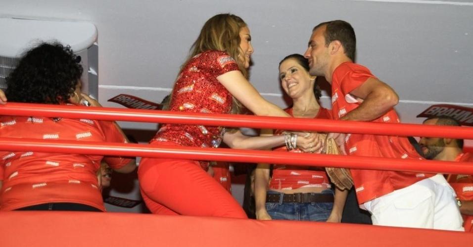 Roger e Deborah iniciam amizade com a atriz Jennifer Lopez