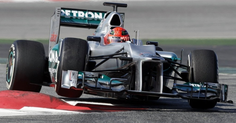 Mercedes de Michael Schumacher passa sobre uma das zebras do circuito de Barcelona