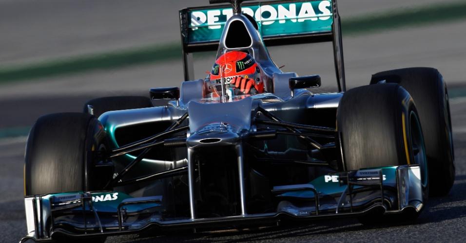 Michael Schumacher acelera o novo carro da Mercedes pelo circuito de Barcelona