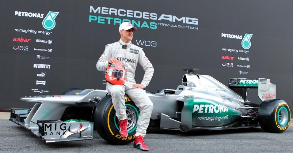 Michael Schumacher posa com o novo modelo da Mercedes