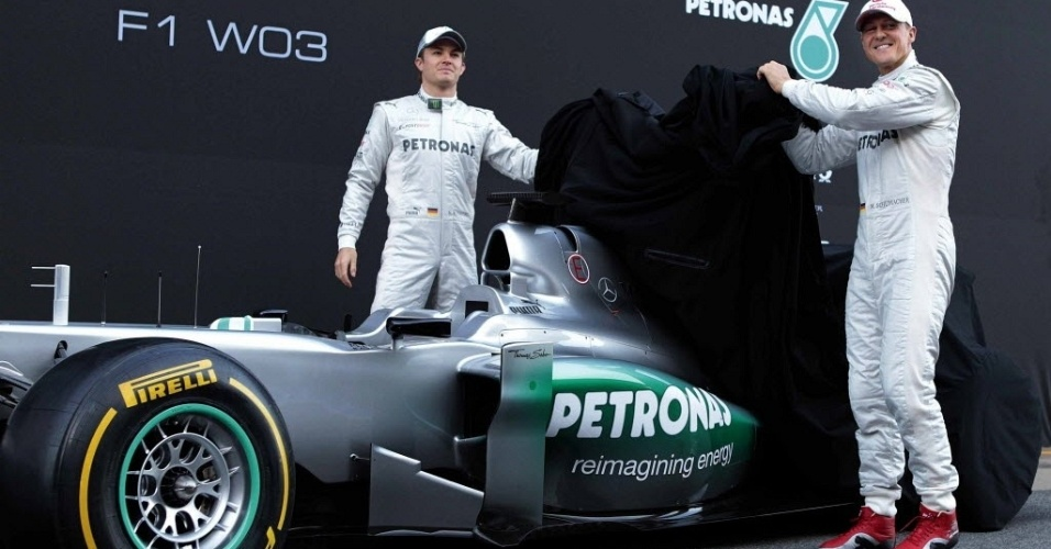 Os pilotos Nico Rosberg e Michael Schumacher apresentam o novo carro da Mercedes