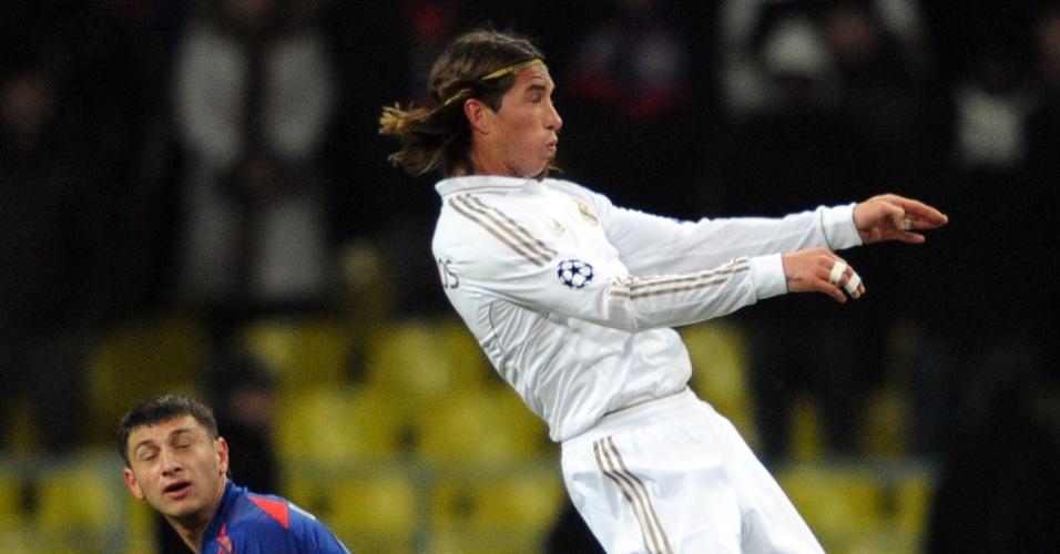 Sergio Ramos, do Real Madrid, disputa bola com Alan Dzagoev (e.), do CSKA, em jogo de ida pela Liga Dos Campeões, nesta terça-feira (21/02/2012)