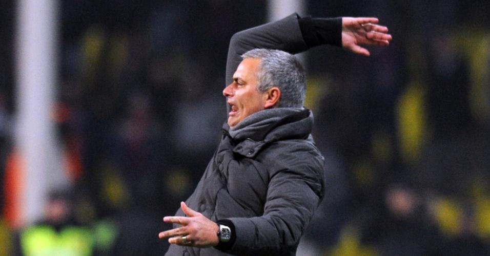 Técnico do Real Madrid, José Mourinho, gesticula durante empate por 1 a 1 na Liga dos Campeões, em Moscou, contra o CSKA