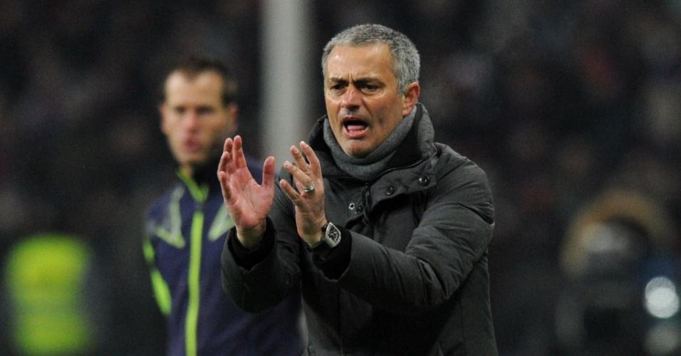Técnico do Real Madrid Jose Mourinho orienta equipe durante partida da Liga dos Campeões, contra o CSKA (21/02/2012)