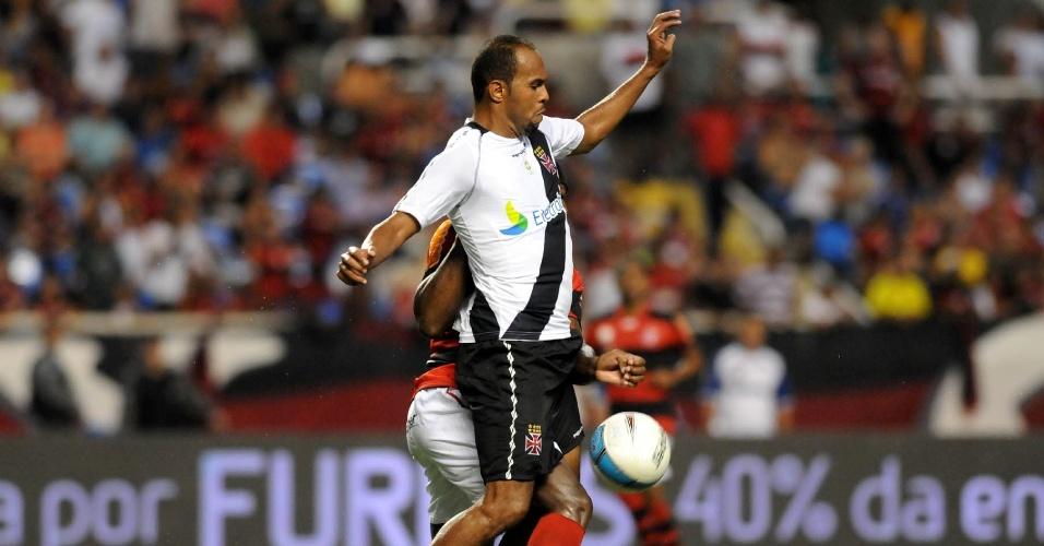 Alecsandro tenta passar pela marcação na partida entre Vasco e Flamengo (22/02/12)
