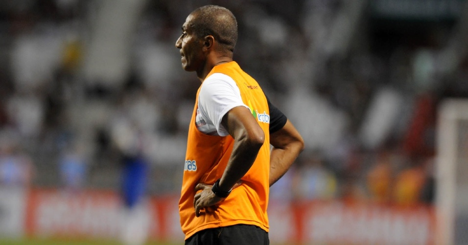 Cristovão Borges observa seus comandados na partida entre Vasco e Flamengo (22/02/12)
