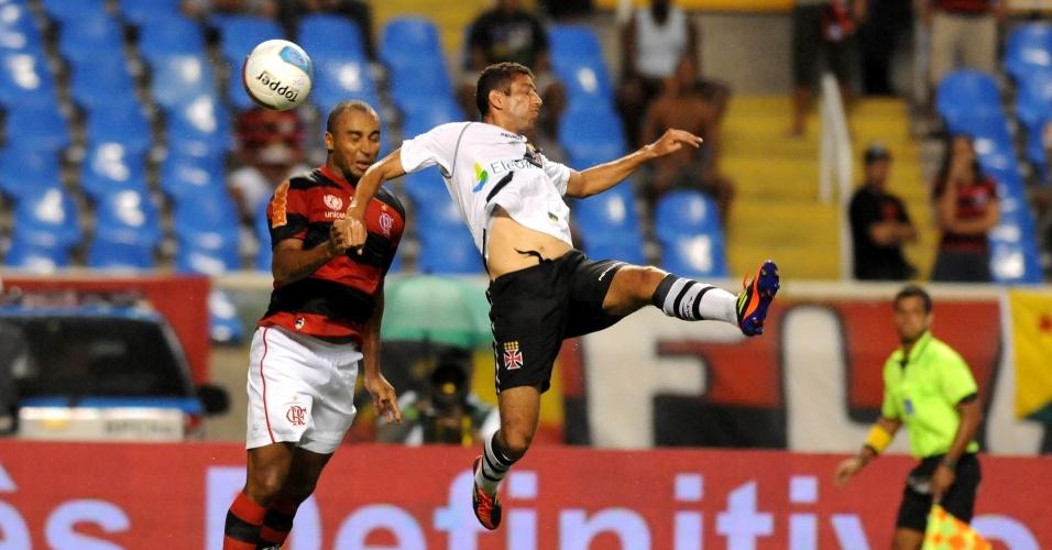 Deivid e Diego Souza brigam pela bola na partida entre Flamengo e Vasco (22/02/12)