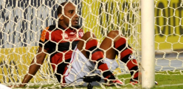 Deivid não acredita no gol incrível que perdeu no clássico da última quarta com o Vasco