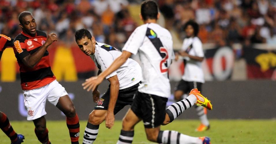 Diego Souza briga pela bola no clássico entre Vasco e Flamengo (22/02/12)
