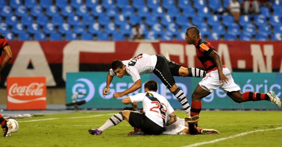 Diego Souza cabeceia firme e marca o segundo gol do Vasco contra o Flamengo (22/02/12)