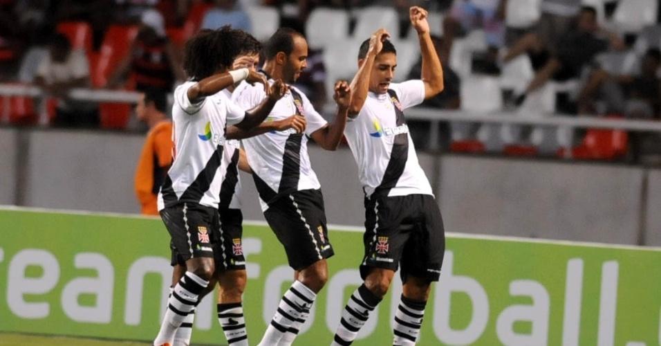 Jogadores do Vasco comemoram gol da equipe contra o Flamengo, na Taça Guanabara