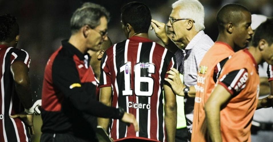 Leão passa orientações para Cícero após o jogador marcar na partida contra o Bragantino