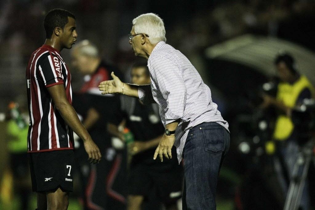 Lucas recebe orientações do técnico Emerson Leão durante a partida contra o Bragantino