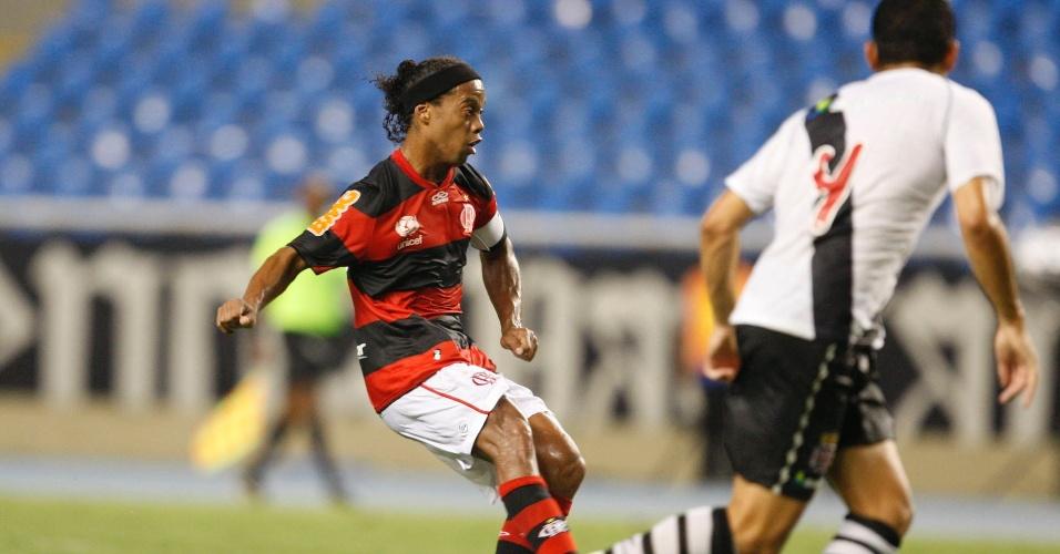 Ronaldinho Gaúcho arma ataque do Flamengo em duelo contra o Vasco (22/02/12)