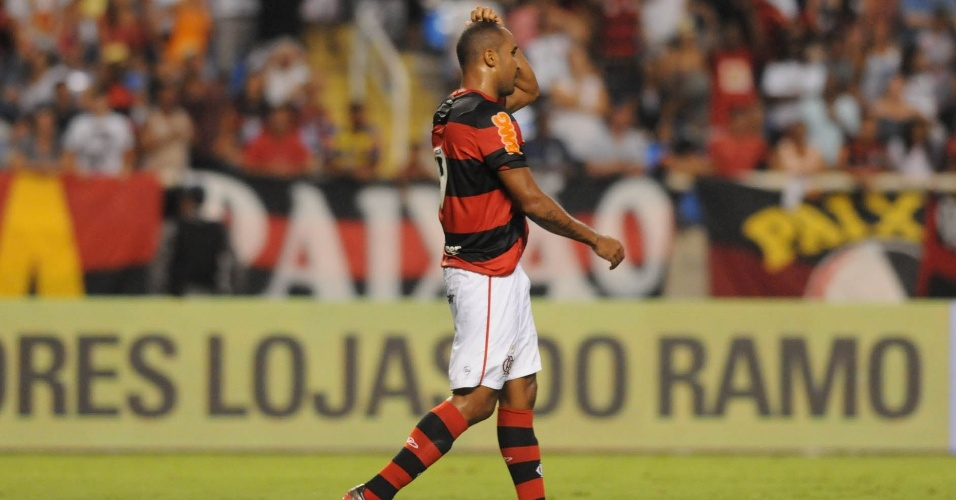 Sem goleiro, Deivid acerta a trave e perde gol incrível para o Flamengo contra o Vasco (22/02/12)