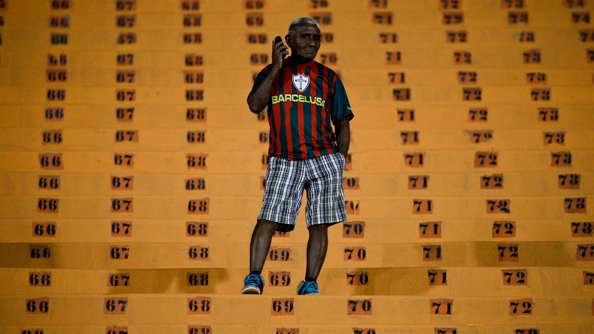 Torcedor da Portuguesa antes da partida contra o Corinthians, no Pacaembu, pelo Paulistão