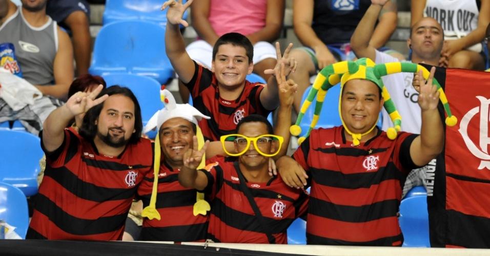 Torcedores do Flamengo comparecem ao Engenhão fantasiados para a semifinal da Taça Guanabara