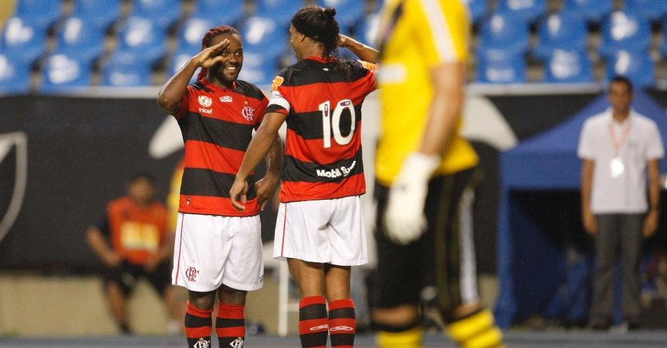 Vagner Love e Ronaldinho Gaúcho fazem coreografia na comemoração de gol do Flamengo contra o Vasco (22/02/12)