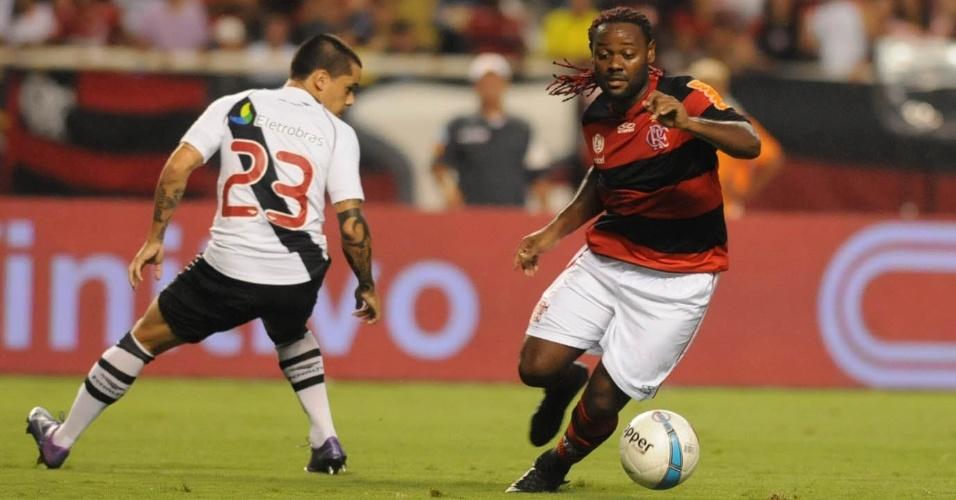 Vagner Love tenta passar por Fagner, do Vasco, durante a semifinal da Taça Guanabara, no Engenhão