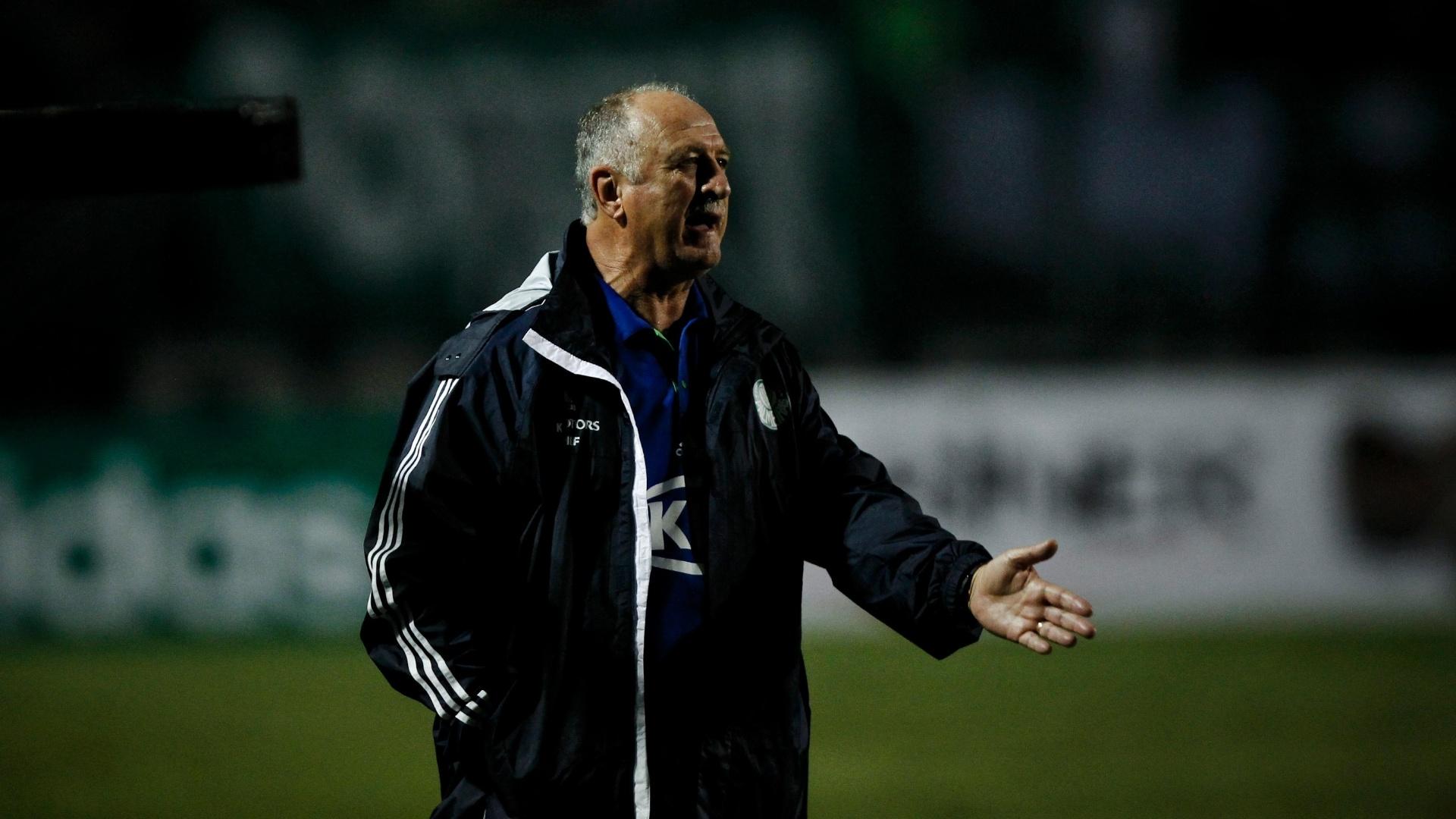 Felipão conversa com sua equipe durante a partida contra o Oeste