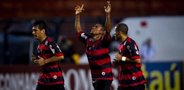 Jogadores do Oeste comemoram o gol de Mazinho, que ergue as mãos para os céus