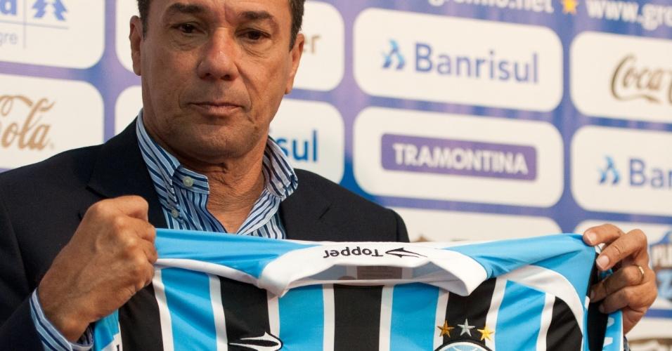 Luxemburgo posa para foto com a camisa do Grêmio