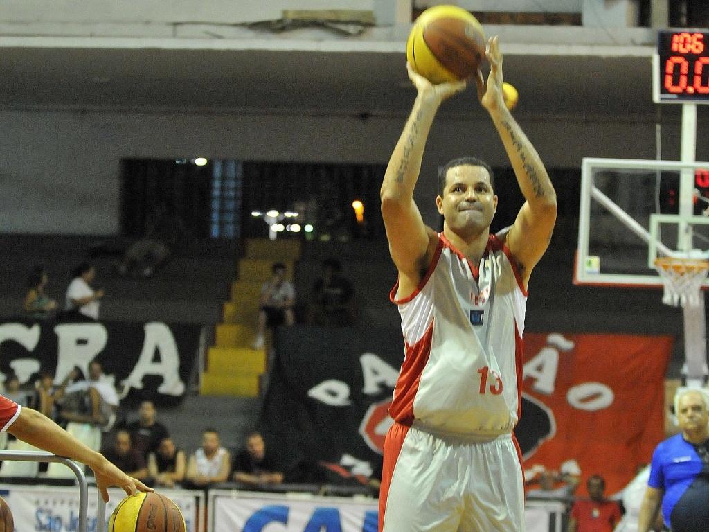 Olívia participa de seletiva para o torneio de arremessos de três do Jogo das Estrelas do NBB (23/02/12)